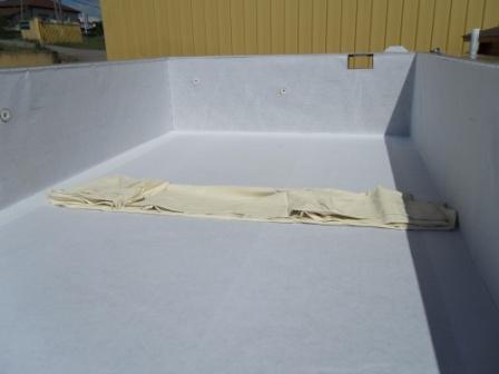 Pose feutre et liner piscine bois